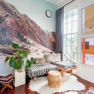 Ispirazione per uno studio eclettico con pavimento in legno massello medio, nessun camino e pareti multicolore