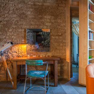 他の地域のエクレクティックスタイルのおしゃれなホームオフィス・仕事部屋 (ライブラリー、自立型机) の写真