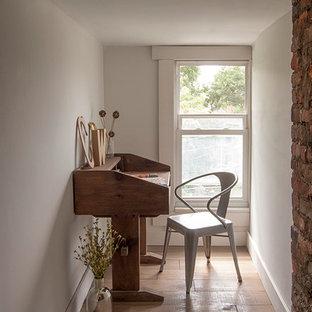 Kleines Eklektisches Arbeitszimmer mit Arbeitsplatz, beiger Wandfarbe, Sperrholzboden und freistehendem Schreibtisch in Kolumbus