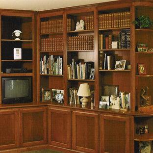 Неиссякаемый источник вдохновения для домашнего уюта: домашняя мастерская среднего размера в классическом стиле с коричневыми стенами и ковровым покрытием без камина