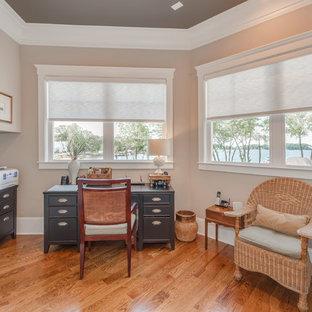 シャーロットの中くらいのビーチスタイルのおしゃれな書斎 (ベージュの壁、無垢フローリング、暖炉なし、自立型机、茶色い床) の写真