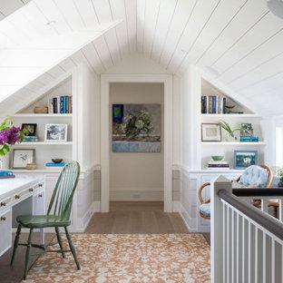 Inspiration för ett maritimt arbetsrum, med vita väggar, mellanmörkt trägolv, ett fristående skrivbord och brunt golv