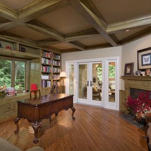 Ispirazione per un grande studio chic con pavimento in legno massello medio, camino ad angolo, scrivania autoportante e cornice del camino piastrellata