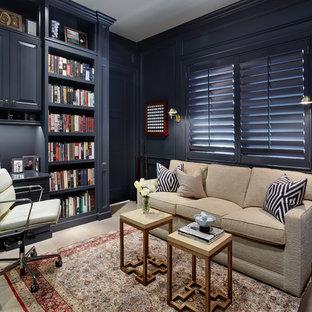 ニューヨークのトラディショナルスタイルのおしゃれなホームオフィス・書斎 (青い壁、淡色無垢フローリング、造り付け机) の写真