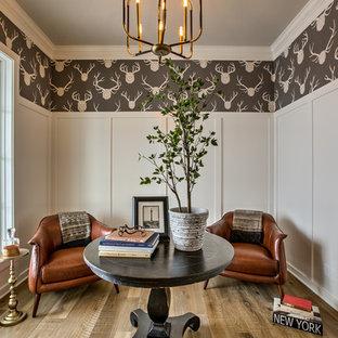 オマハの中サイズのカントリー風おしゃれな書斎 (マルチカラーの壁、淡色無垢フローリング、自立型机、茶色い床) の写真