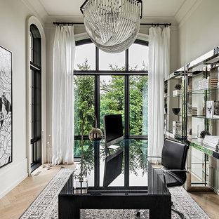 トロントの地中海スタイルのおしゃれな書斎 (白い壁、淡色無垢フローリング、暖炉なし、自立型机) の写真