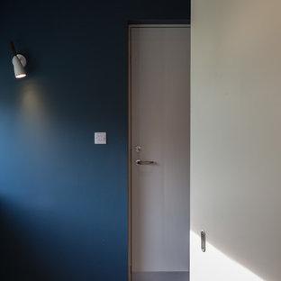 Exemple d'un bureau moderne de taille moyenne avec un mur bleu, un sol en carrelage de céramique, un bureau intégré et un sol bleu.