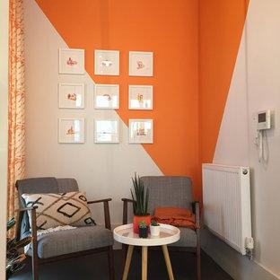 他の地域の小さいコンテンポラリースタイルのおしゃれなホームオフィス・仕事部屋 (ライブラリー、マルチカラーの壁、ラミネートの床、黒い床) の写真