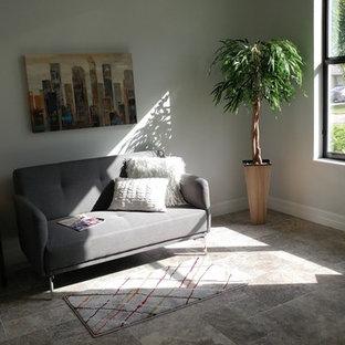 デトロイトの小さいトランジショナルスタイルのおしゃれな書斎 (グレーの壁、トラバーチンの床) の写真
