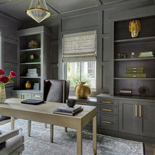 Exempel på ett mellanstort klassiskt arbetsrum, med grå väggar, mellanmörkt trägolv, ett fristående skrivbord och brunt golv