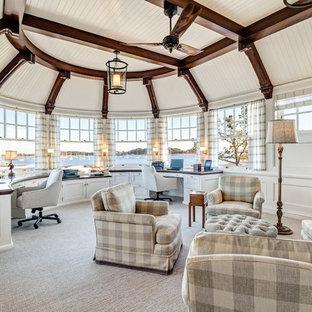 Стильный дизайн: огромное рабочее место в морском стиле с белыми стенами, ковровым покрытием и встроенным рабочим столом - последний тренд