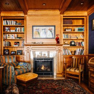Exemple d'un grand bureau chic avec un mur bleu, un sol en bois brun, une cheminée standard, un manteau de cheminée en pierre, un sol marron, un bureau indépendant, un plafond en bois, boiseries et du papier peint.