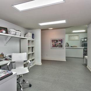 トロントの中くらいのトラディショナルスタイルのおしゃれなアトリエ・スタジオ (白い壁、スレートの床、自立型机) の写真