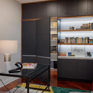 Свежая идея для дизайна: большой кабинет в стиле модернизм с библиотекой, белыми стенами, темным паркетным полом, отдельно стоящим рабочим столом и красным полом без камина - отличное фото интерьера