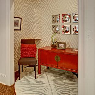 Exempel på ett litet asiatiskt arbetsrum, med beige väggar, ett fristående skrivbord och mellanmörkt trägolv