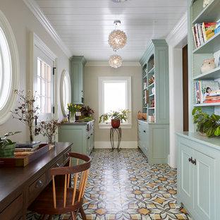 Aménagement d'un grand bureau campagne avec un mur beige, aucune cheminée, un bureau indépendant, un sol multicolore et béton au sol.