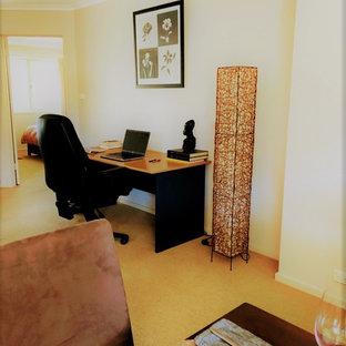 Immagine di un grande studio chic con pareti grigie, moquette, scrivania autoportante e pavimento beige