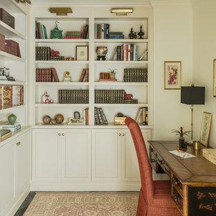ニューオリンズの中サイズのトランジショナルスタイルのおしゃれな書斎 (白い壁、暖炉なし、自立型机、黒い床、セラミックタイルの床) の写真
