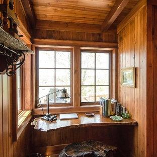 Rustikales Arbeitszimmer mit dunklem Holzboden und Einbau-Schreibtisch in Sonstige