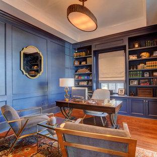 Modelo de despacho clásico, de tamaño medio, sin chimenea, con paredes azules, suelo de madera en tonos medios, escritorio independiente y suelo azul
