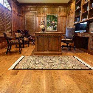 Idee per un ampio ufficio chic con pareti marroni, pavimento in legno massello medio e scrivania autoportante