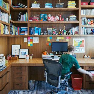 Idee per un ufficio design di medie dimensioni con pareti marroni, moquette, scrivania incassata e pavimento blu