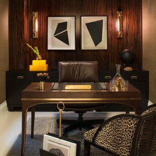ニューヨークの中サイズのコンテンポラリースタイルのおしゃれな書斎 (自立型机、茶色い壁、磁器タイルの床、暖炉なし、白い床) の写真