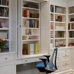ニューヨークのトラディショナルスタイルのおしゃれなホームオフィス・書斎 (造り付け机、白い壁) の写真