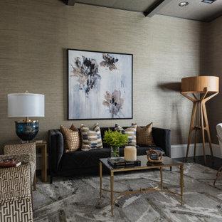 Großes Mediterranes Arbeitszimmer ohne Kamin mit Arbeitsplatz, dunklem Holzboden, freistehendem Schreibtisch und grauer Wandfarbe in Dallas