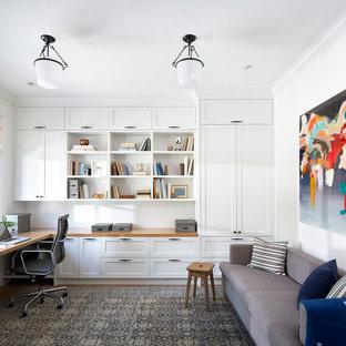 Idee per un ufficio stile marinaro di medie dimensioni con pareti bianche, scrivania incassata, pavimento in legno massello medio e nessun camino