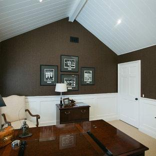 Foto di uno studio classico di medie dimensioni con pareti marroni e moquette