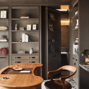 オレンジカウンティのコンテンポラリースタイルのおしゃれな書斎 (茶色い壁、カーペット敷き、自立型机、グレーの床) の写真