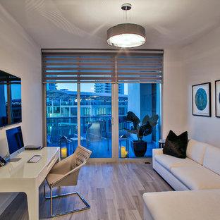 Ispirazione per un grande ufficio contemporaneo con pareti bianche, pavimento in gres porcellanato e scrivania autoportante