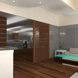 他の地域の広いアジアンスタイルのおしゃれなクラフトルーム (白い壁、合板フローリング、コーナー設置型暖炉、金属の暖炉まわり、造り付け机、茶色い床) の写真