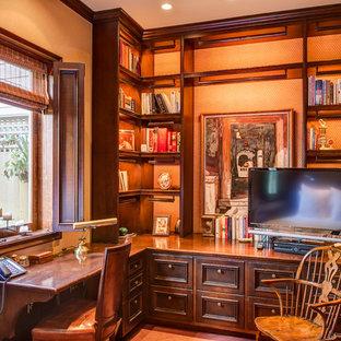 Idéer för ett klassiskt hemmabibliotek, med ett inbyggt skrivbord