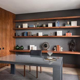 サンフランシスコのコンテンポラリースタイルのおしゃれなホームオフィス・仕事部屋 (グレーの壁、淡色無垢フローリング、自立型机、ベージュの床) の写真