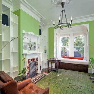 サンフランシスコのトランジショナルスタイルのおしゃれなホームオフィス・仕事部屋 (緑の壁、濃色無垢フローリング、タイルの暖炉まわり、自立型机、緑の床) の写真