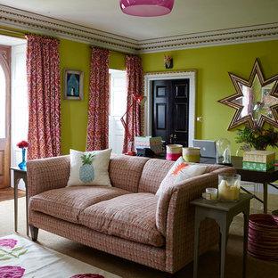 ロンドンのエクレクティックスタイルのおしゃれなアトリエ・スタジオ (緑の壁、カーペット敷き、自立型机、ベージュの床) の写真