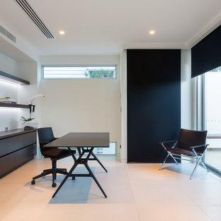 Idee per un grande ufficio minimalista con pareti bianche, pavimento in gres porcellanato e scrivania autoportante