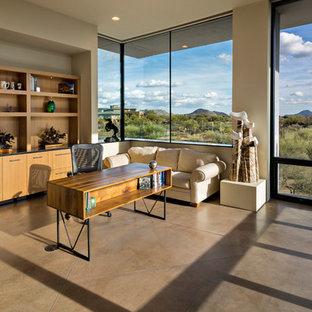 Cette image montre un grand bureau sud-ouest américain avec béton au sol et un bureau indépendant.