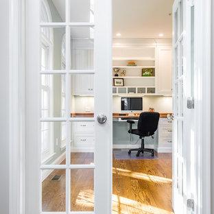 ボストンの中くらいのトラディショナルスタイルのおしゃれな書斎 (濃色無垢フローリング、造り付け机、グレーの壁、暖炉なし) の写真