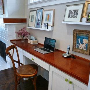 サンフランシスコの小さいトランジショナルスタイルのおしゃれな書斎 (グレーの壁、濃色無垢フローリング、標準型暖炉、レンガの暖炉まわり、造り付け机) の写真