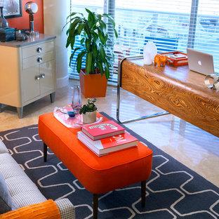 Modelo de despacho vintage, de tamaño medio, sin chimenea, con parades naranjas, suelo de travertino y escritorio independiente