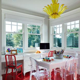ミネアポリスのトランジショナルスタイルのおしゃれなクラフトルーム (グレーの壁、造り付け机、赤い床、塗装フローリング) の写真