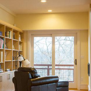 他の地域の中サイズのラスティックスタイルのおしゃれなホームオフィス・書斎 (ライブラリー、黄色い壁、無垢フローリング、暖炉なし、マルチカラーの床) の写真