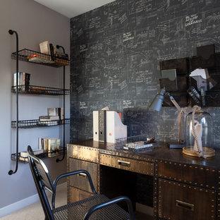 Modern inredning av ett mellanstort hemmabibliotek, med flerfärgade väggar, heltäckningsmatta och ett fristående skrivbord