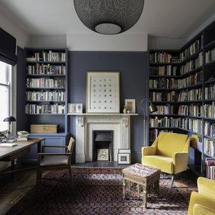 ロンドンのトランジショナルスタイルのおしゃれな書斎 (白い壁、標準型暖炉、自立型机) の写真