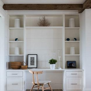 Идея дизайна: рабочее место среднего размера в морском стиле с белыми стенами, светлым паркетным полом, встроенным рабочим столом и бежевым полом без камина