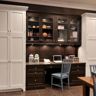 Inspiration för ett mellanstort vintage hemmabibliotek, med grå väggar, klinkergolv i porslin, ett inbyggt skrivbord och brunt golv