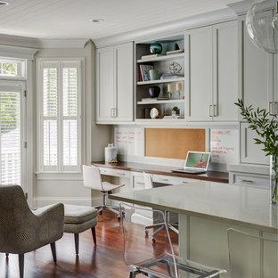Idéer för stora vintage arbetsrum, med grå väggar, mellanmörkt trägolv, ett inbyggt skrivbord och brunt golv